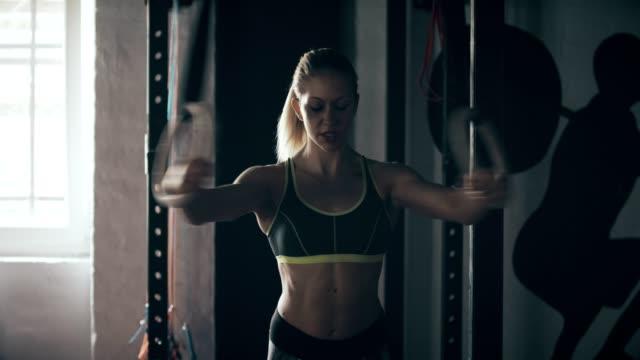 frau im fitnessstudio ringe - menschlicher muskel stock-videos und b-roll-filmmaterial
