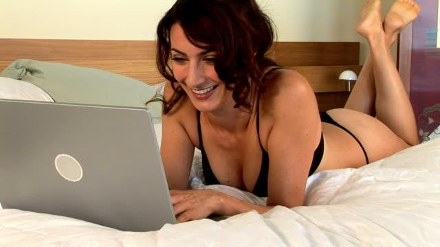 vidéos et rushes de woman on laptop - seulement des jeunes femmes