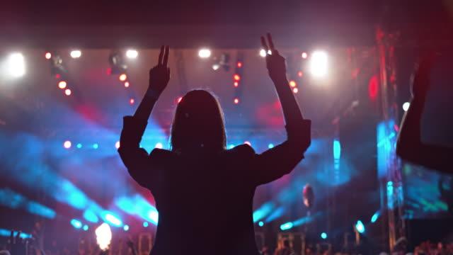 vídeos y material grabado en eventos de stock de slo mo woman on man's shoulders at concert - concierto