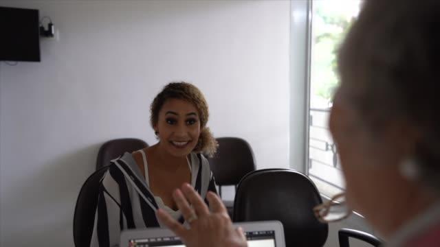 vídeos y material grabado en eventos de stock de mujer en cita médica - fiabilidad