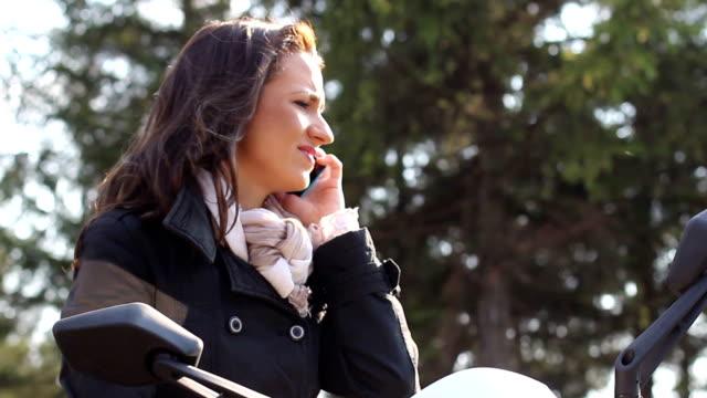 Frau auf moped mit cellphone HD-Videos