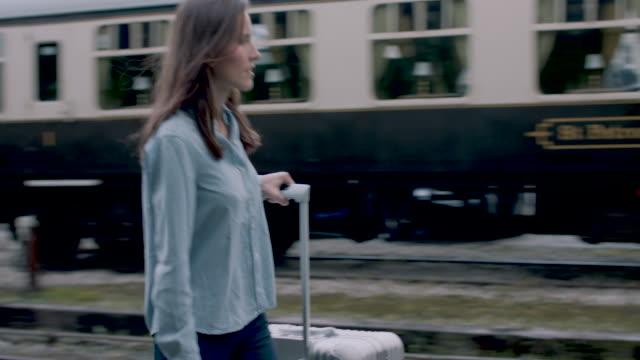 vidéos et rushes de woman on platform - quai de gare