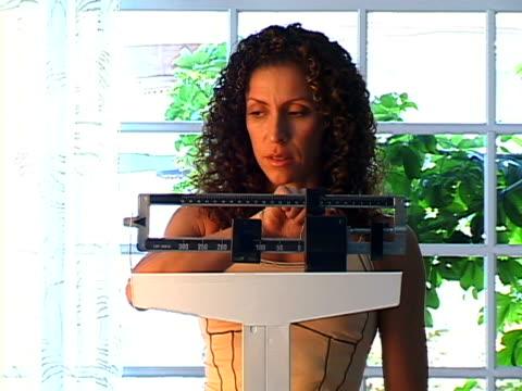 woman on scale - einzelne frau über 30 stock-videos und b-roll-filmmaterial