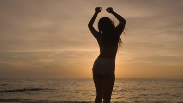 frau am strand - kontur stock-videos und b-roll-filmmaterial
