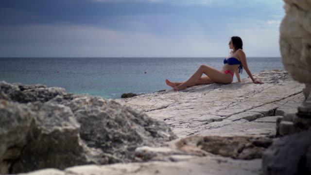 stockvideo's en b-roll-footage met vrouw aan het strand - achterover leunen
