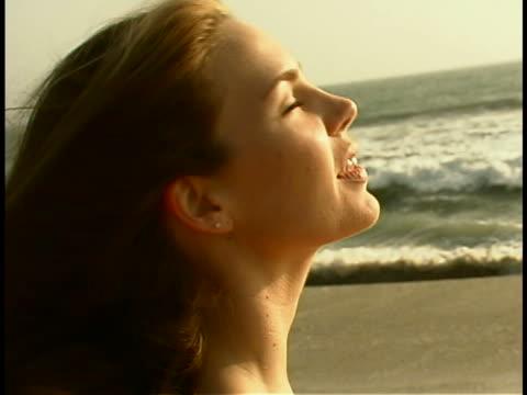 vidéos et rushes de woman on the beach - seulement des jeunes femmes