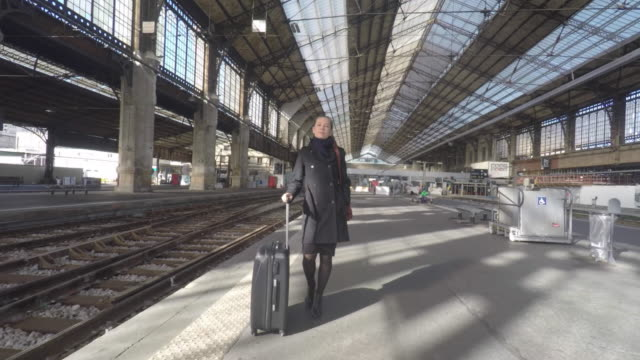 stockvideo's en b-roll-footage met woman on the platform of a train station - perron