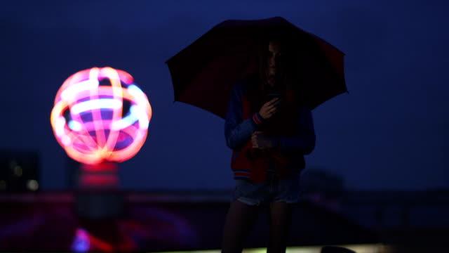 Frau auf dem Dach der Welt