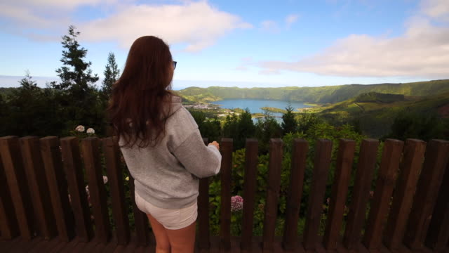 vidéos et rushes de woman on the top of mountain viewpoint with volcano crater view in the azores. - îles de l'atlantique