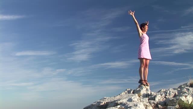 vídeos de stock, filmes e b-roll de hd: mulher no topo do mundo - membro humano