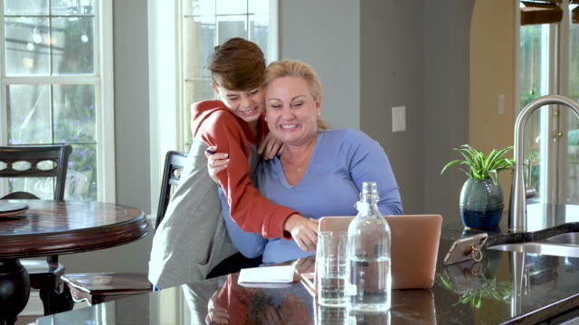 自宅でビデオ通話中の女性、息子が割り込む - 落ち着かない点の映像素材/bロール