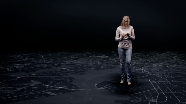 donna con mappa virtuale - scoperta video stock e b–roll