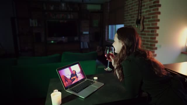 vídeos y material grabado en eventos de stock de mujer en línea de citas a través de videollamada - evento virtual