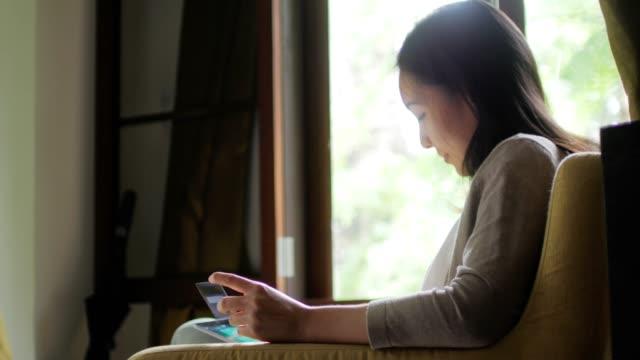 kvinna online handla hemma - softfokus bildbanksvideor och videomaterial från bakom kulisserna