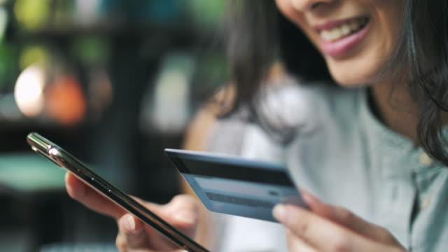frau online-shopping auf smartphone - portable information device stock-videos und b-roll-filmmaterial