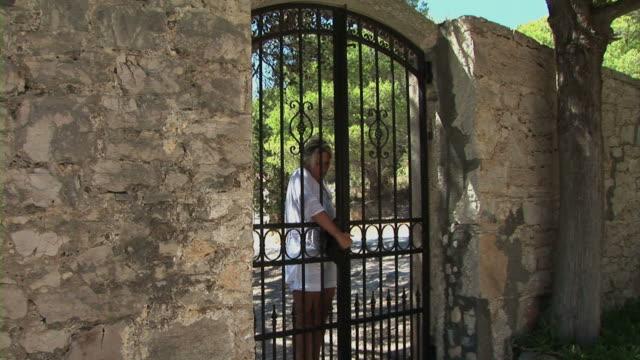 woman open iron door - grind bildbanksvideor och videomaterial från bakom kulisserna