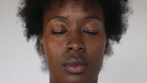vídeos y material grabado en eventos de stock de mujer abriendo los ojos y mirando a la cámara - ojos cerrados