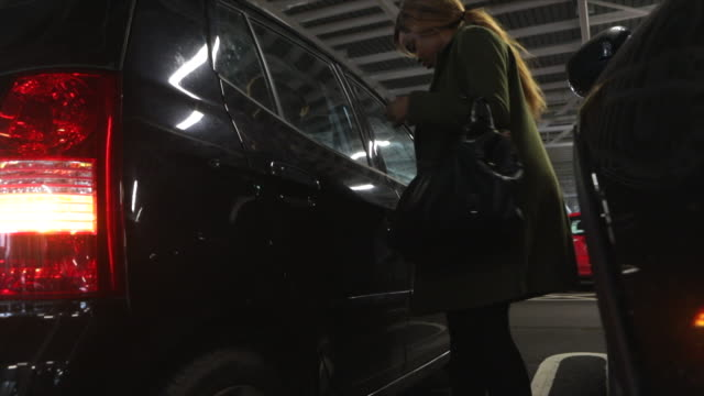 frau öffnet tür zu suv in garage - sports utility vehicle stock-videos und b-roll-filmmaterial