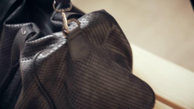 vídeos y material grabado en eventos de stock de mujer abre el bolso de la gimnasia - locker room