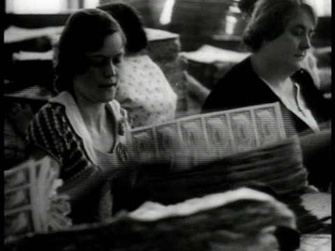 vidéos et rushes de woman operating printing press ms women counting sheets of new bills ms printing sheets ha ls printing machines washington dc great depression aid... - 1933