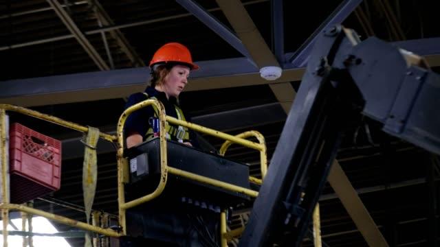 工場でクレーンを操作する女性 - 材木置き場点の映像素材/bロール