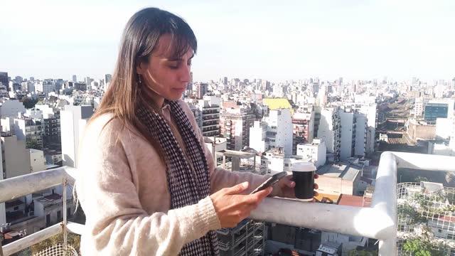 vídeos y material grabado en eventos de stock de mujer pidiendo comida para llevar - llevar