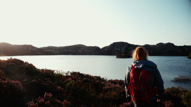 vídeos de stock e filmes b-roll de woman outdoor adventures: hiking in norway - território selvagem