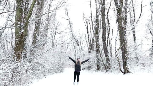 Frau im Freien genießen Schnee