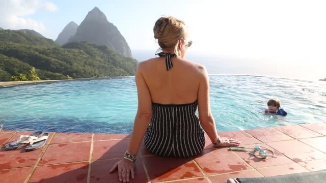 vídeos y material grabado en eventos de stock de woman overlooking infinity pool - diez segundos o más
