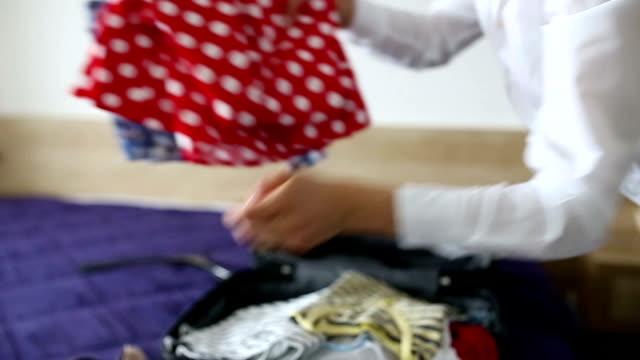 Vrouw verpakking voor een reis