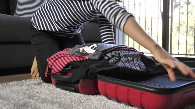 vídeos de stock e filmes b-roll de woman packing suitcase at home - chão