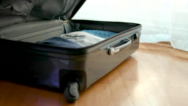 frau packen koffer - reisegepäck stock-videos und b-roll-filmmaterial