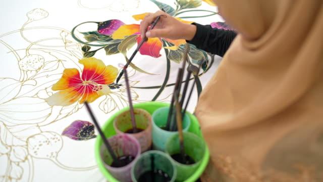 pittura femminile in un laboratorio batik - malaysian culture video stock e b–roll