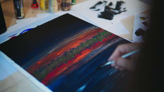 vídeos de stock, filmes e b-roll de mulher pintando na cozinha. - desenhar atividade