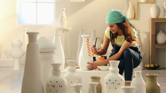 vídeos de stock, filmes e b-roll de ms zi woman painting pot with paintbrush / delhi, india - só uma mulher de idade mediana