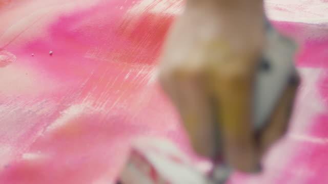 stockvideo's en b-roll-footage met woman painting - canvas