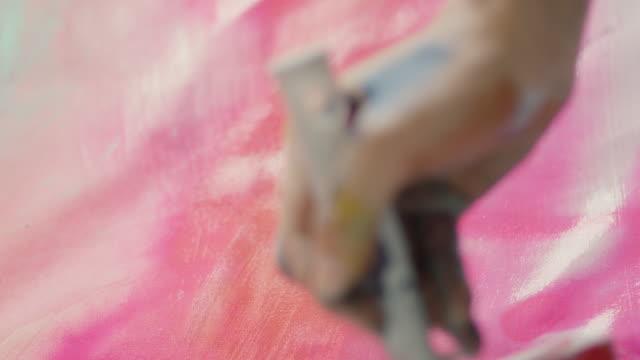 woman painting - 塗る点の映像素材/bロール