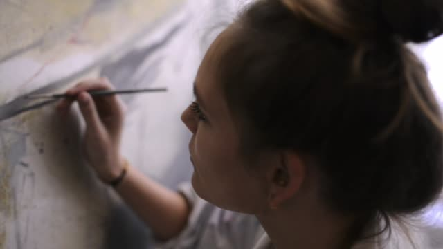 stockvideo's en b-roll-footage met woman painting. - kunstenaar