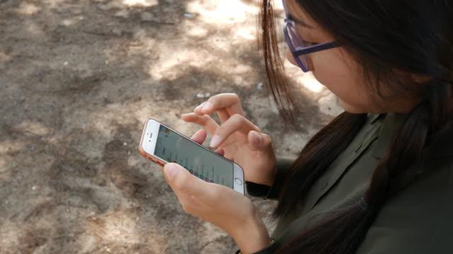 stockvideo's en b-roll-footage met vrouw bleek mobiele telefoon op het strand - ingesproken bericht