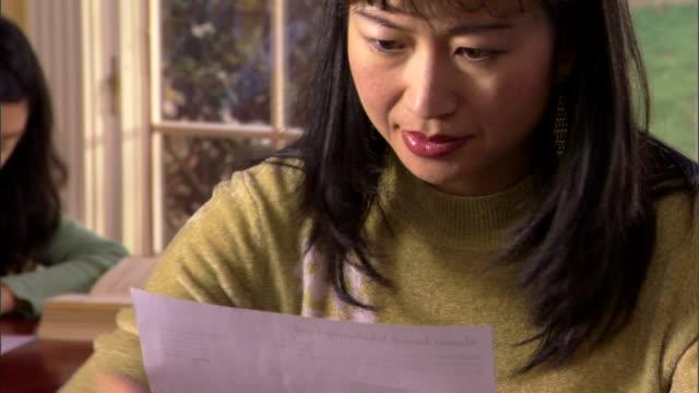woman paying bills - andere clips dieser aufnahmen anzeigen 1282 stock-videos und b-roll-filmmaterial