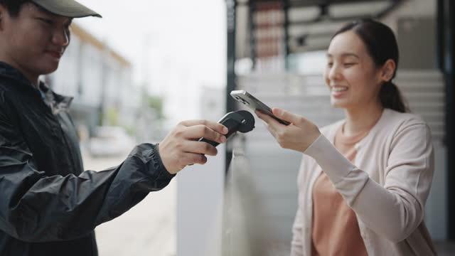 kvinna som betalar via smart telefon, tryck för att betala, e-wallet - e post bildbanksvideor och videomaterial från bakom kulisserna