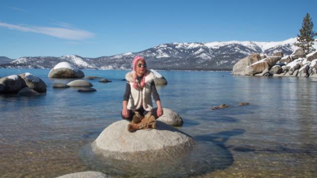 Frau friedlichen Meditation in der Natur