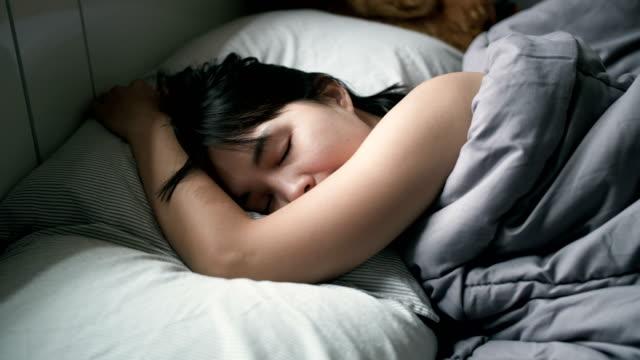 vídeos de stock e filmes b-roll de 4k : woman peacefully sleeping on bed - sensualidade