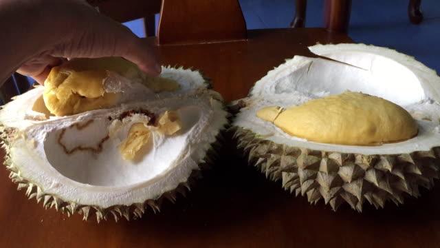 stockvideo's en b-roll-footage met vrouw peeling durian fruit - rijp voedselbereiding