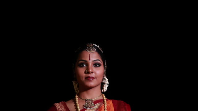 woman performing bharatanatyam dance on the stage  - fußkettchen stock-videos und b-roll-filmmaterial