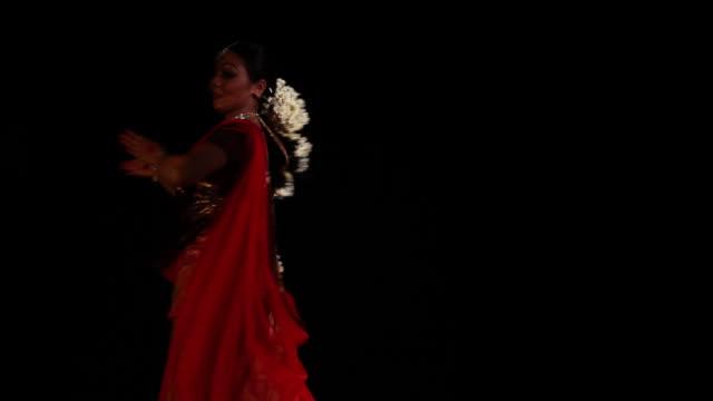 vidéos et rushes de woman performing kathak dance on the stage  - seulement des jeunes femmes