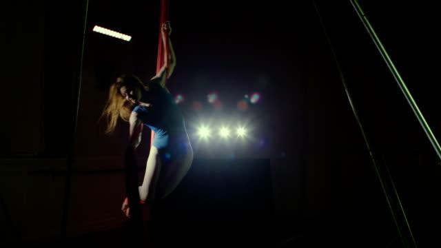vídeos y material grabado en eventos de stock de woman performing on aerial silk - malla de gimnasia