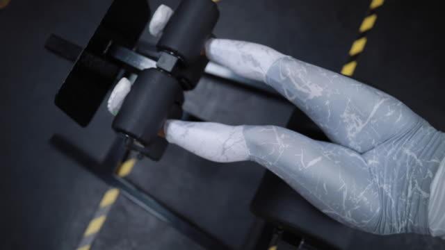vidéos et rushes de femme performing abdominaux exercices sur machine ghd - body building