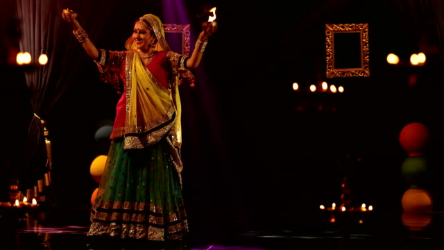 ms ds woman performing traditional ghoomar dance on stage/ india - solo una donna di età media video stock e b–roll
