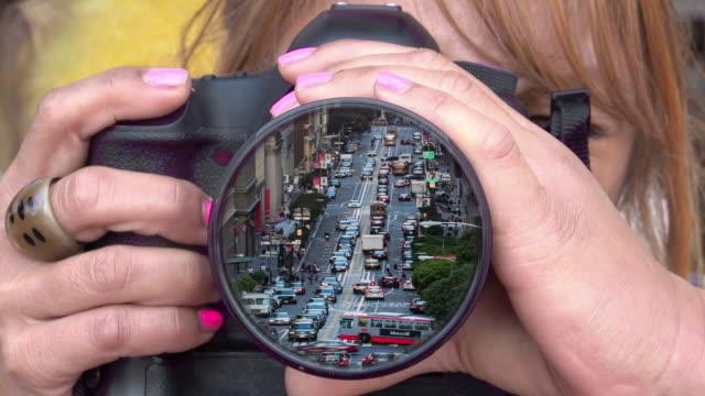アクションの女性カメラマンのクローズ アップ - デジタル一眼レフカメラ点の映像素材/bロール